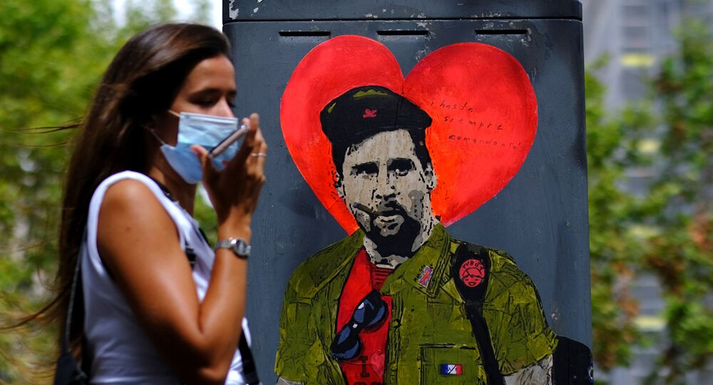 Soccer Football - Lionel Messi tells FC Barcelona he wishes to leave - Barcelona, Spain - August 29, 2020    A woman wearing a protective face mask walks past a mural of Lionel Messi dressed as Che Guevara reading Hasta Siempre, Comandante (Until Forever, Commander) in Barcelona, after captain Lionel Messi told Barcelona he wishes to leave the club immediately