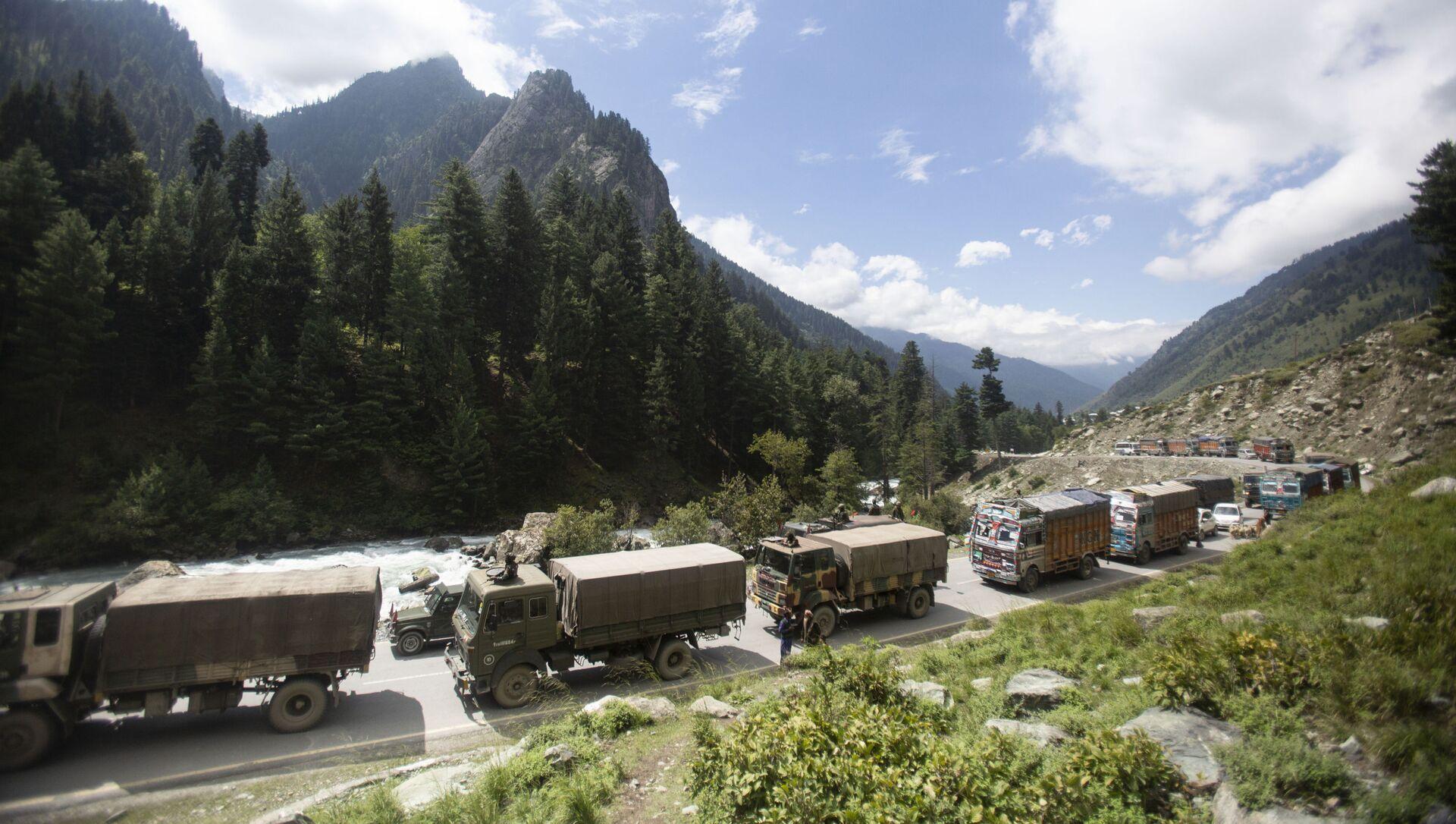 An Indian army convoy moves on the Srinagar- Ladakh highway at Gagangeer, northeast of Srinagar, Indian-controlled Kashmir, Tuesday, Sept. 1, 2020 - Sputnik International, 1920, 24.06.2021