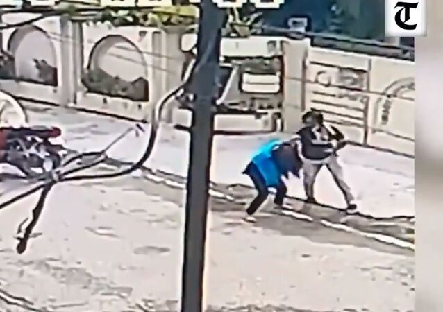 A video of a courageous 15-year-old girl Kusum Kumari who battled a cellphone snatcher in India's Jalandhar City is going viral on social media