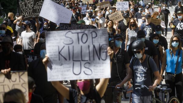 Protesters march during an anti-racism march on June 6, 2020 in Toronto, Canada. This is the 12th day of protests since George Floyd died in Minneapolis police custody on May 25. - Sputnik International