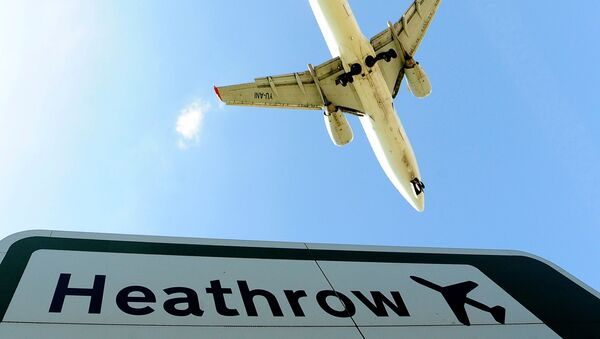 An aircraft comes in to land at Heathrow Airport in west London - Sputnik International
