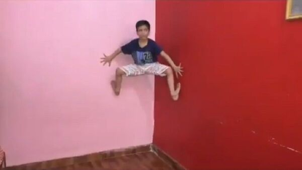 Yasharth Singh, 7, a real life Spider Man defying gravity and clinging to a wall of his home in Kanpur  - Sputnik International