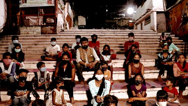 Parag Diwan and his students - Sputnik International