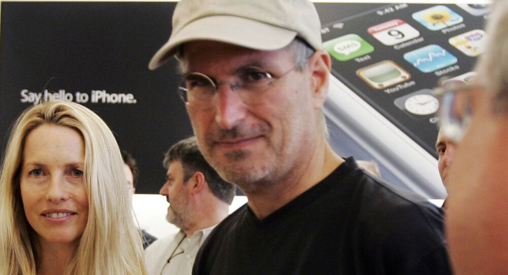 Apple CEO Steve Jobs, center, and his wife Laurene Powell  meet with customers after the launch of the new Apple iPhone in Palo Alto, Calif., Friday, June 29, 2007. (AP Photo/Paul Sakuma)