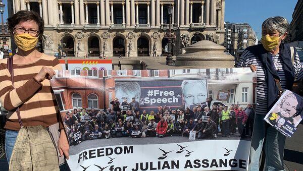 Julian Assange's Supporters Take to Streets in Paris - Sputnik International