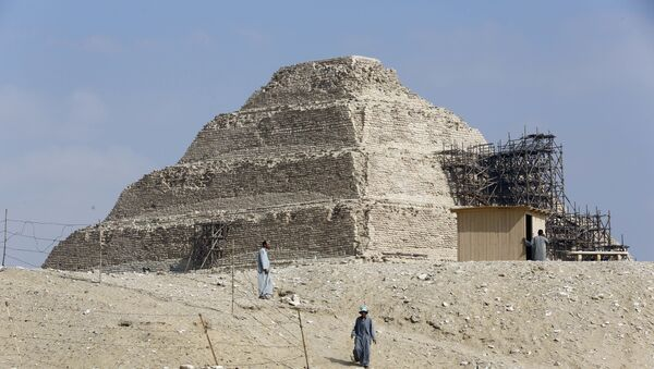 Excavation workers walk in front of the step pyramid of Saqqara, in Giza,14 July 2018.  (AP Photo/Amr Nabil) - Sputnik International