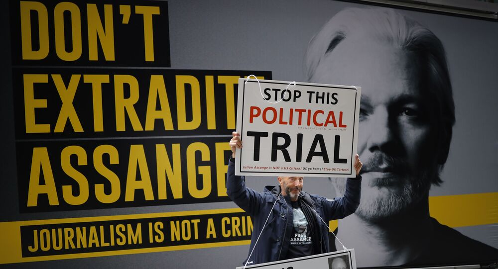 A demonstrator protests outside of the Old Bailey court in central London on September 8, 2020, on the second day of the resumption of WikiLeaks founder Julian Assange's extradition hearing. - Lawyers for WikiLeaks founder Julian Assange on Monday failed to persuade a British judge to throw out new US allegations against him, as he resumed his fight to avoid extradition to the United States for leaking military secrets. Protesters gathered outside London's Old Bailey court as the 49-year-old Australian was brought in, brandishing placards reading Don't Extradite Assange and Stop this political trial.