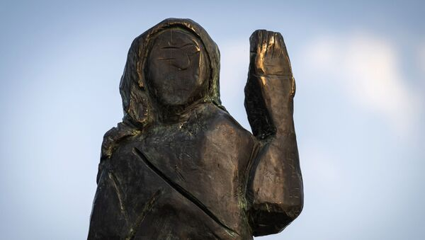 A bronze replica depicting US First Lady Melania Trump, made by US artist Brad Downey, is seen after its unveiling in a field near the US First Lady's hometown Sevnica, on 15 September 2020 - Sputnik International