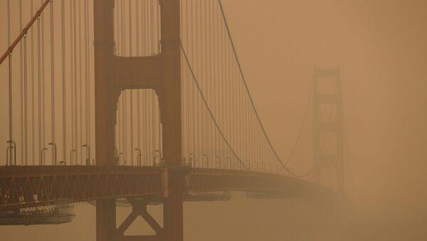 The Golden Gate Bridge is seen under a smoke filled sky from California wildfires in San Francisco, California, U.S., September 10, 2020. - Sputnik International