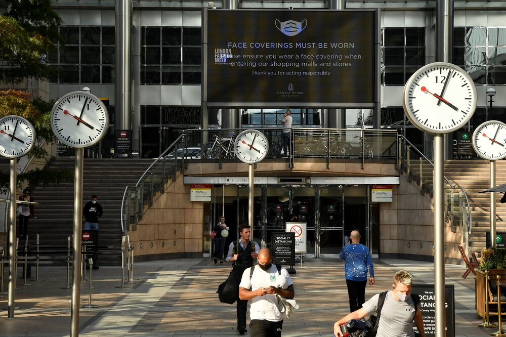 In the Canary Wharf business district in London, a huge screen reminds of the rules for wearing masks. The number of people on the streets has dropped significantly.