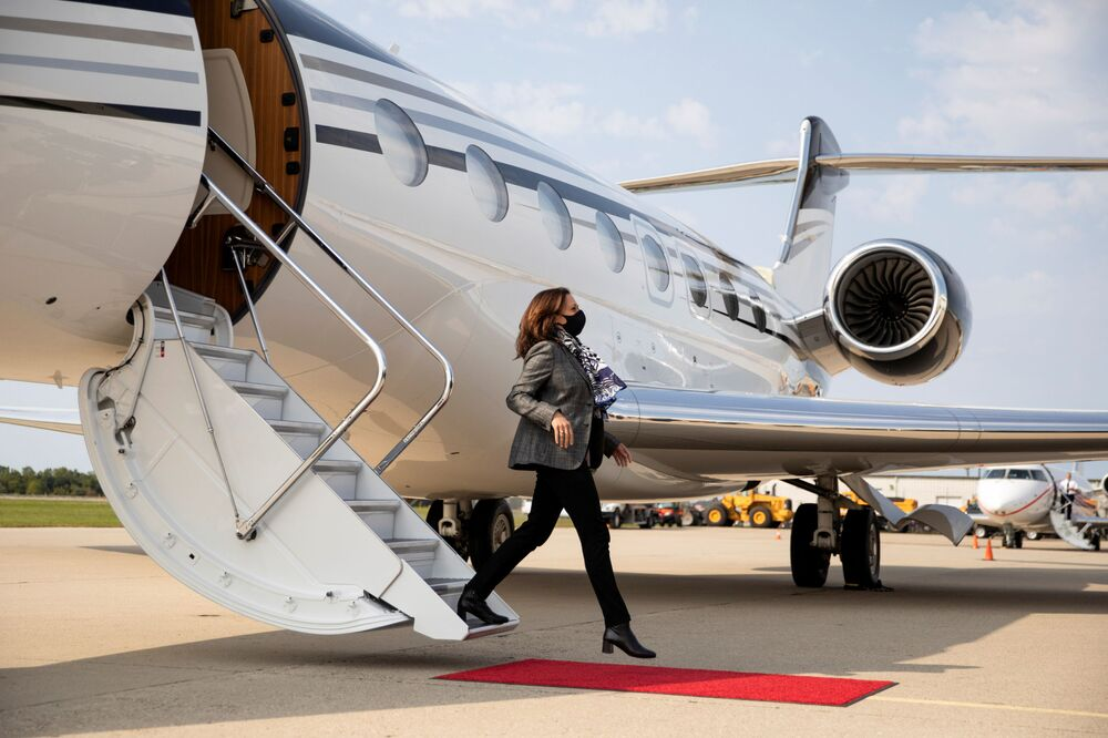 Even on board small private aircraft, personal protection and masking regulations are respected. On the photo - the candidate for the Vice-President of the United States from the Democratic Party, Senator Kamala Harris.