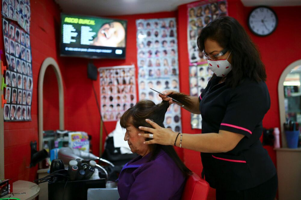 In some countries, the work of beauty salons is currently temporarily prohibited. Salons work in Mexico, but their employees stay masked.