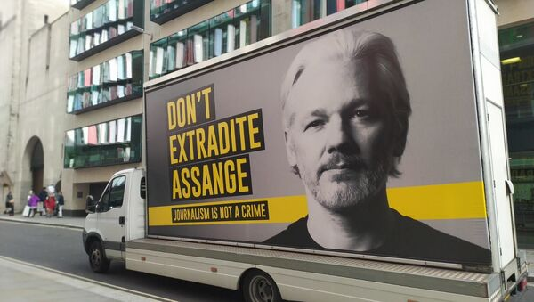 Van with banner on it saying Don't Extradite Assange - Journalism is Not a Crime passes by Old Bailey on 28 September 2020 - Sputnik International