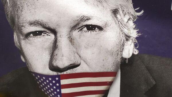 Assange with US flag covering his mouth outside Old Bailey on 29 September 2020. - Sputnik International