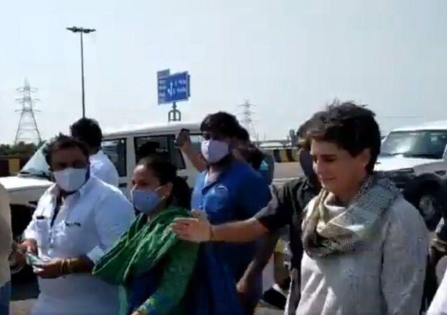 Shri Rahul Gandhi  and Smt.  Priyanka Gandhi 's cars stopped by Yogi's police at Yamuna Expressway