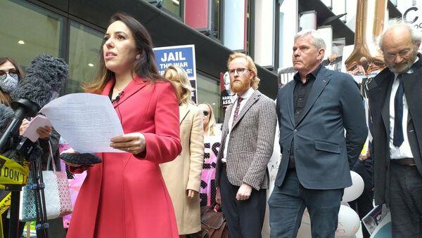 Stella Morris, fiancée of Julian Assange, addresses crowd outside the Old Bailey on 1 October 2020 - Sputnik International