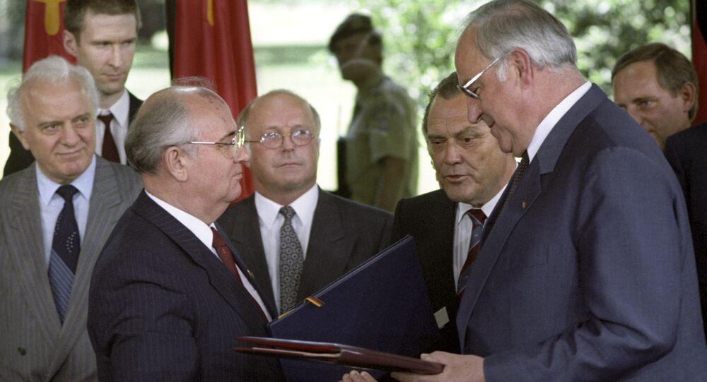 Soviet leader Mikhail Gorbachev with FRG Chancellor Helmut Kohl, 1989.