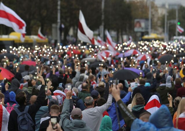 People attend an opposition rally to reject the presidential election results and to protest against the inauguration of Belarusian President Alexander Lukashenko in Minsk, Belarus September 27, 2020.
