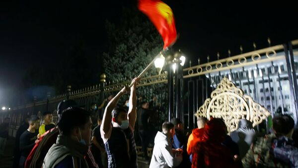 Protesters try to break into the government headquarters during a rally against the result of a parliamentary election in Bishkek, Kyrgyzstan, October 5, 2020 - Sputnik International