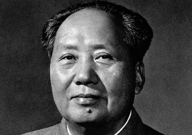 这张照片是在1959年国庆前夕,侯波、孟庆彪为毛泽东拍摄的第三版标准像。照片拍摄后,由于种种原因,画面不能达到制作标准像的要求,因此经过很多后期的加工才使得照片呈现在公众眼前,而这也成为唯一一张毛泽东没有露出双耳的标准像。不同于毛泽东的前两张标准像(都是从照片合影中抽取出的),第三版标准像是第一张由摄影师专门单独为毛泽东拍摄的标准像