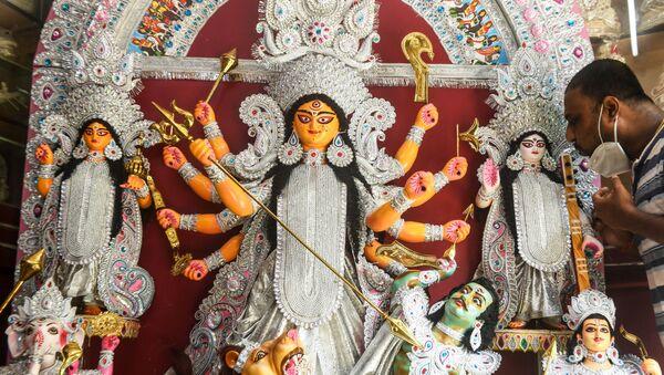Craftsman Kaushik Ghosh gives finishing touches to a fiberglass idol of Hindu Goddess Durga before sending to the USA where it will be used for the Durga Puja festival, inside his workshop in Kolkata on June 4, 2020. - Sputnik International