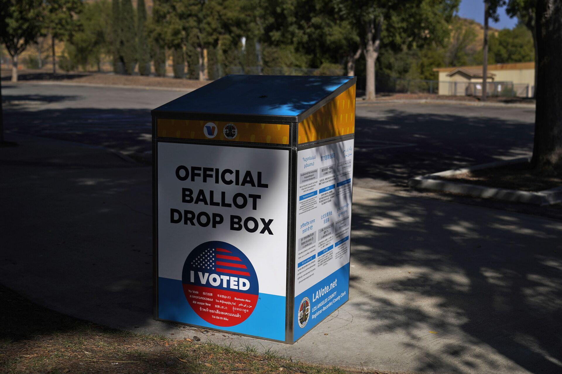An official ballot drop box is seen Wednesday, Oct. 14, 2020, in Santa Clarita, Calif. - Sputnik International, 1920, 07.09.2021