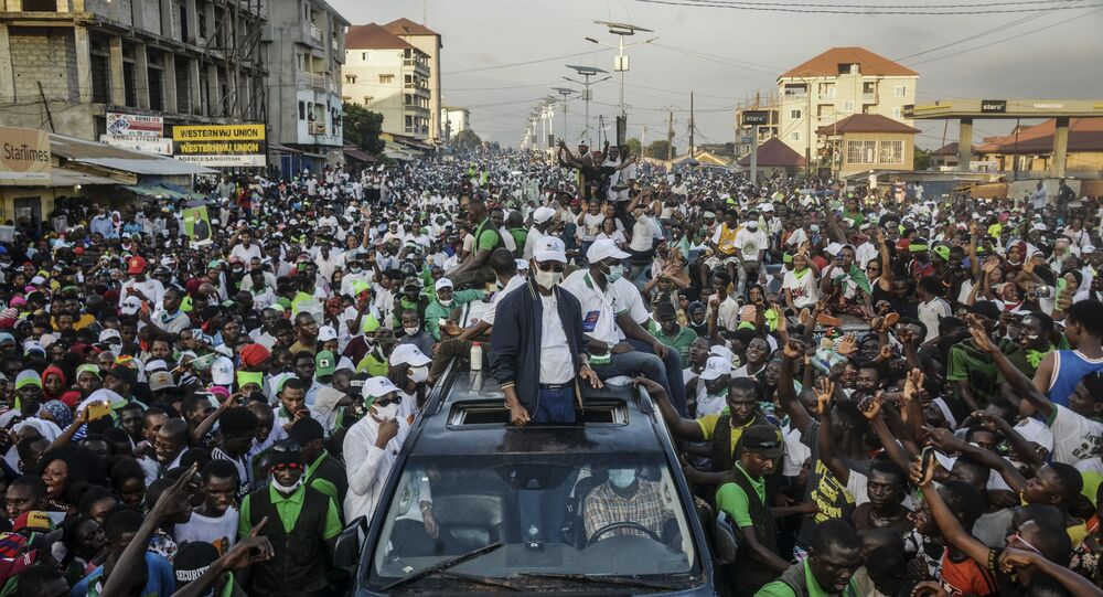 Main opposition candidate Cellou Dalein Diallo gestures as he returns to Conakry on October 15, 2020