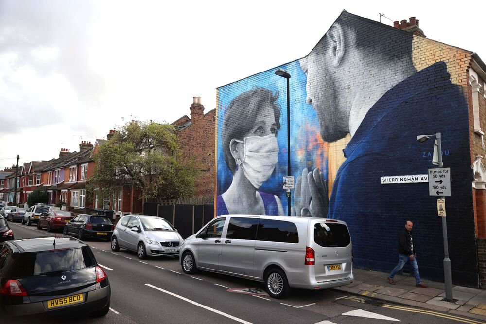 A mural named I Miss You by the street artist Zabou is seen on the side of a residential building amid the outbreak of the coronavirus disease (COVID-19) in London, 15 October 2020.