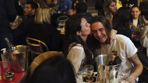 A couple kiss during a drink on the terrace of a restaurant before the nightly curfew due to the restrictions against the spread of coronavirus, in Paris, France, Friday, Oct. 23, 2020 - Sputnik International