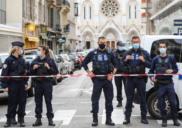 Police block the access to the Notre-Dame de l'Assomption Basilica in Nice on 29 October 2020, after a knife-wielding man kills three people at the church, slitting the throat of at least one of them, in what officials are treating as the latest jihadist attack to rock the country. (Photo by Valery HACHE / AFP)