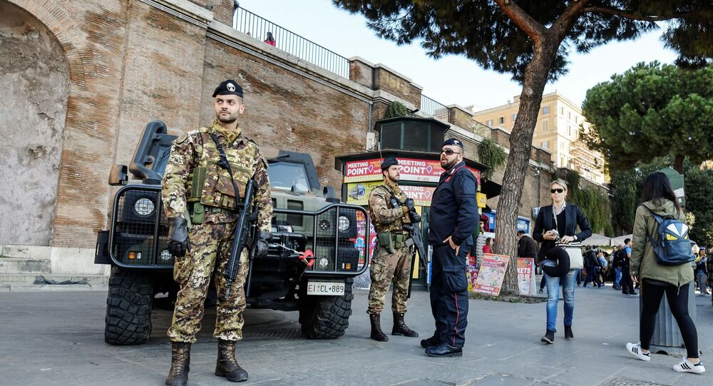 Carabinieri speaks with Italian soldiers (File)