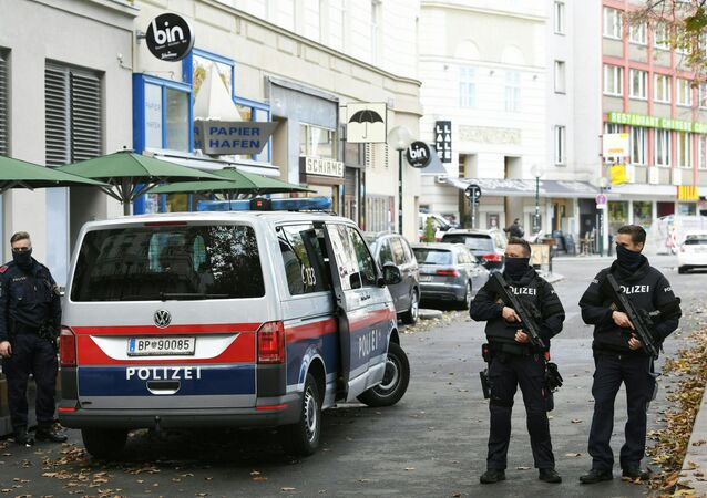 Policemen guard the area on November 3, 2020 close to a crime scene in Vienna after a shooting. - A huge manhunt was under way Tuesday, November 3, 2020 after gunmen opened fire on November 2, 2020 at multiple locations across central Vienna, killing at least four people in what Austrian Chancellor Sebastian Kurz described as a repulsive terror attack.
