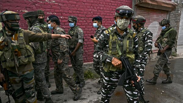 Security personnel gather near the site where suspected militants fired at police near Nowgam bypass in Srinagar on August 14, 2020. - At least two policemen were killed and another got injured after militants allegedly opened fire on police party in Nowgam area, local media reported on August 14. - Sputnik International