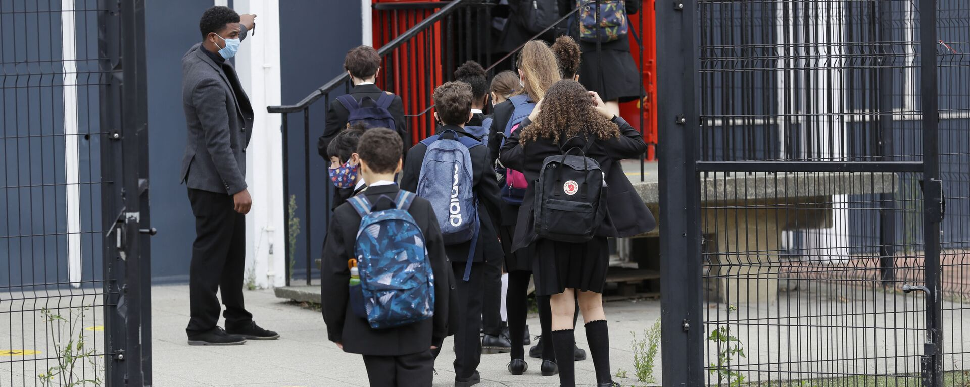 Year seven pupils are directed to socially distance as they arrive for their first day at Kingsdale Foundation School in London, Thursday, Sept. 3, 2020 - Sputnik International, 1920