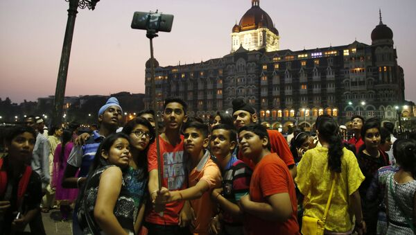In this photo dated Saturday, 5 December 2015, Indian students take a selfie in front of the Taj Mahal hotel in Mumbai, India. - Sputnik International