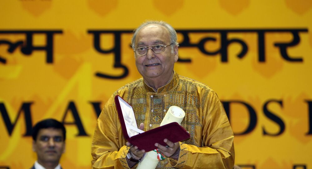 Soumitra Chatterjee poses after receiveing the The Best Actor award  from Indian President Pratibha Patil at the 54th National Film Awards Function in New Delhi on  September 2, 2007.