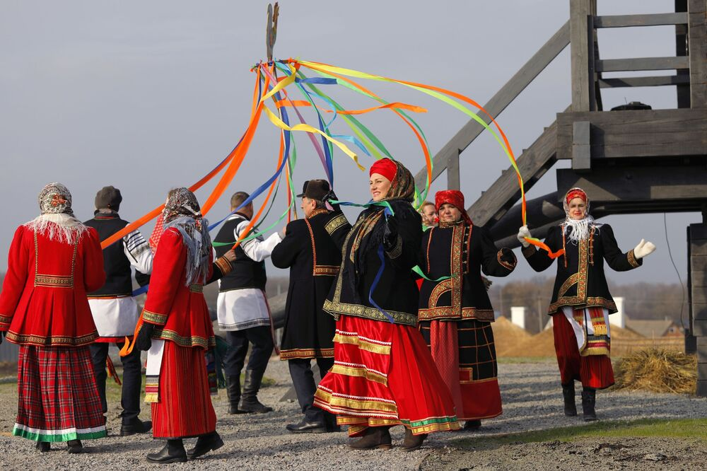 People take part in the opening of the Slobozhanschina ethno village in the Belgorod Region.