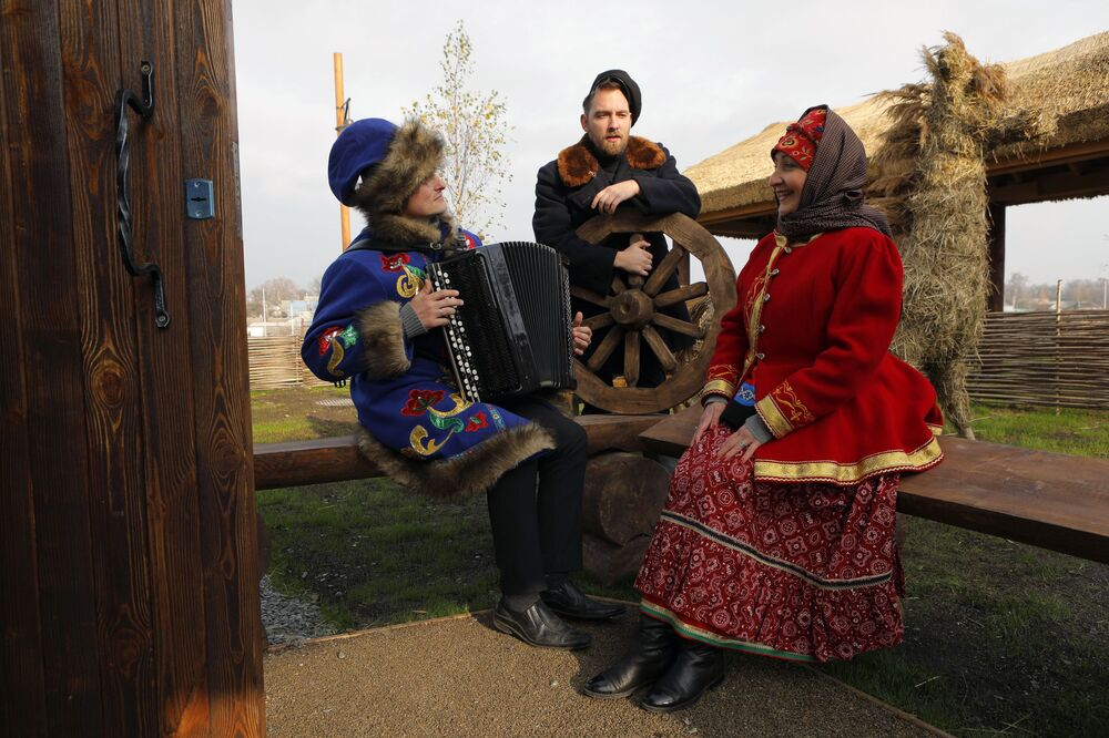 Enjoying music at the opening of the Slobozhanschina historical and cultural complex in the Belgorod Region on 14 November 2020.