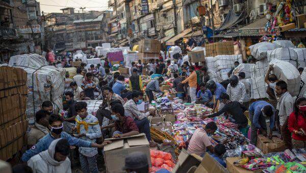 Indians crowd a wholesale market ahead of the Hindu festival of Dussehra in New Delhi, India, Saturday, Oct. 24, 2020. - Sputnik International