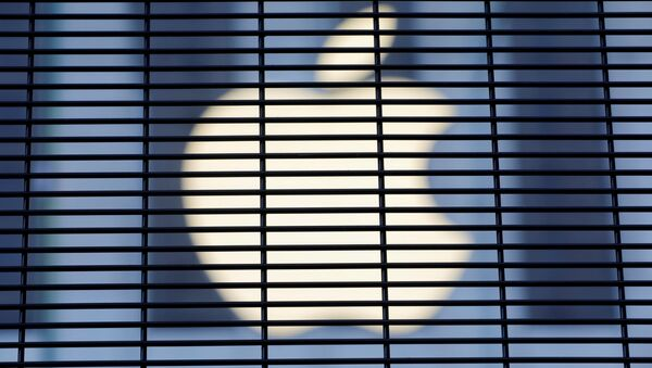 The Apple logo is seen through a security fence erected around the Apple Fifth Avenue store - Sputnik International