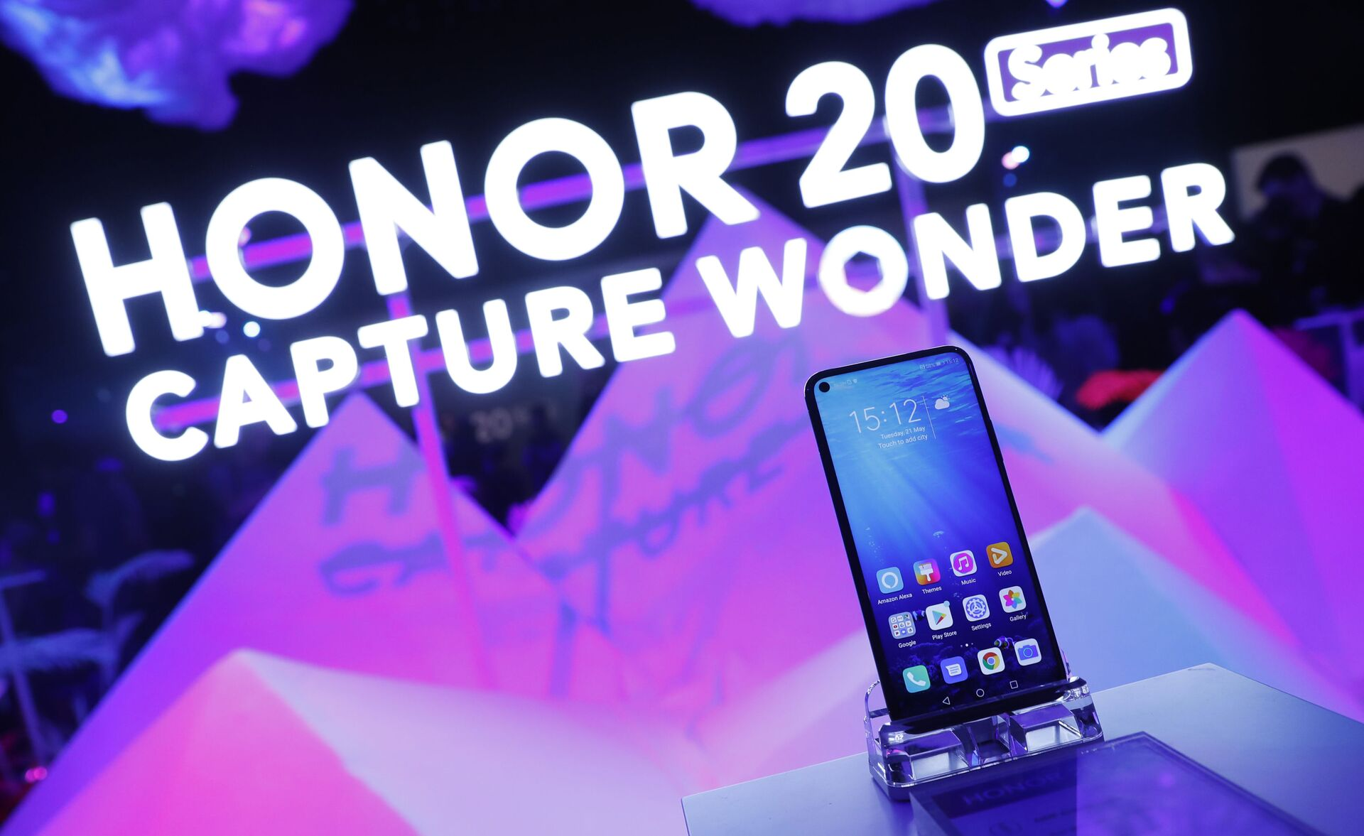 Members of the invited audience of fans and media try out the new Honor 20 series of phones following their global launch in London, Tuesday, May 21, 2019 - Sputnik International, 1920, 07.09.2021