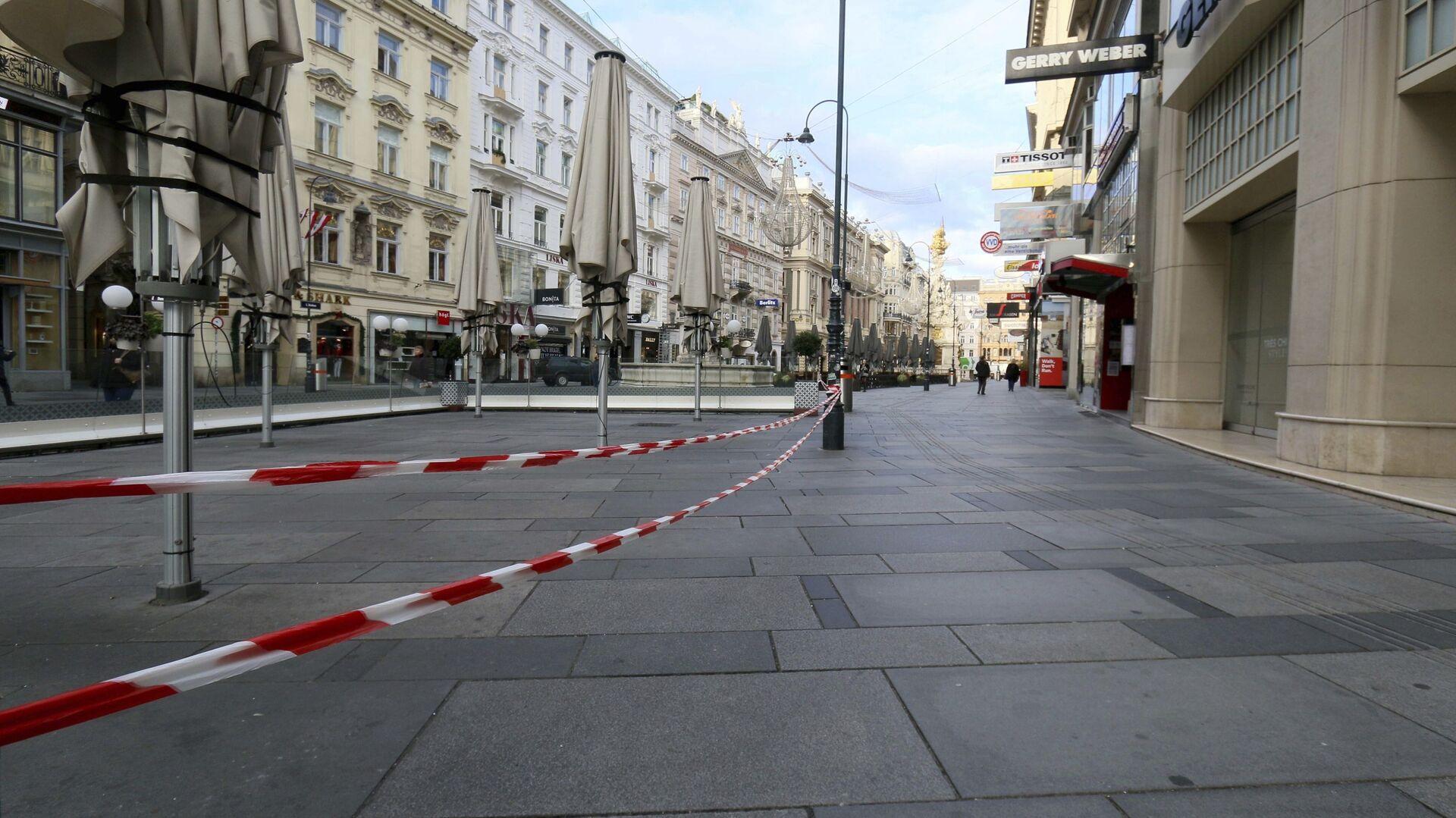 Закрытые кафе в пешеходной зоне во время локдауна, объявленного правительством в связи с коронавирусом, в Вене, Австрия - Sputnik International, 1920, 11.09.2021