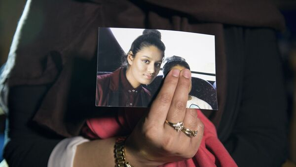 Renu, eldest sister of missing British girl Shamima Begum, holds a picture of her sister while being interviewed by the media in central London, on February 22, 2015. Britain debated Sunday how to stop teenage girls joining the Islamic State group in Syria after three high-achieving youngsters became the latest to run away from home. Close schoolfriends Kadiza Sultana, 17, and 15-year-olds Shamima Begum and Amira Abase left their east London homes on Tuesday and flew to Istanbul, raising concerns they would travel on to Syria to join IS jihadists.  - Sputnik International