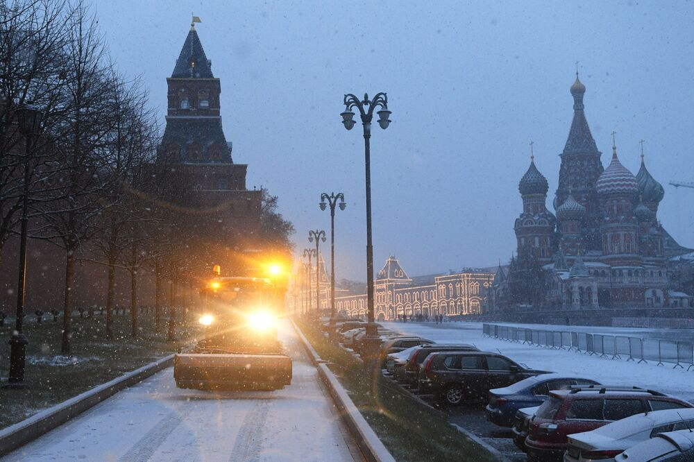 A snow-cleaning truck on the Vasilyevsky Slope in Moscow