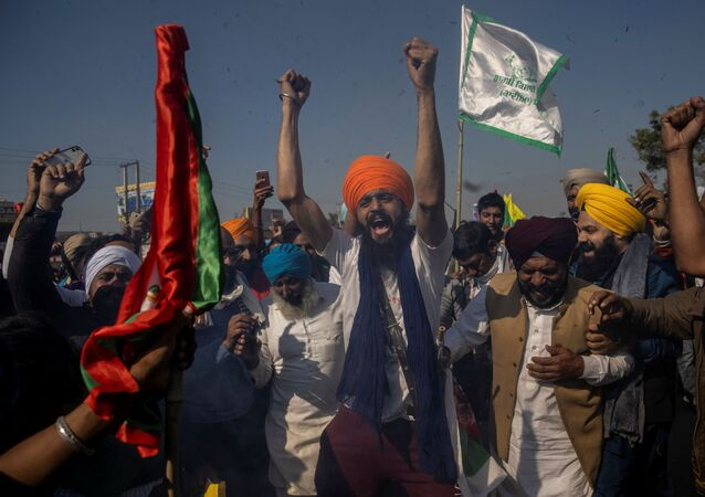 Farmers shout slogans after burning an effigy during a protest against the newly passed farm bills at Singhu border near Delhi, India, November 28, 2020