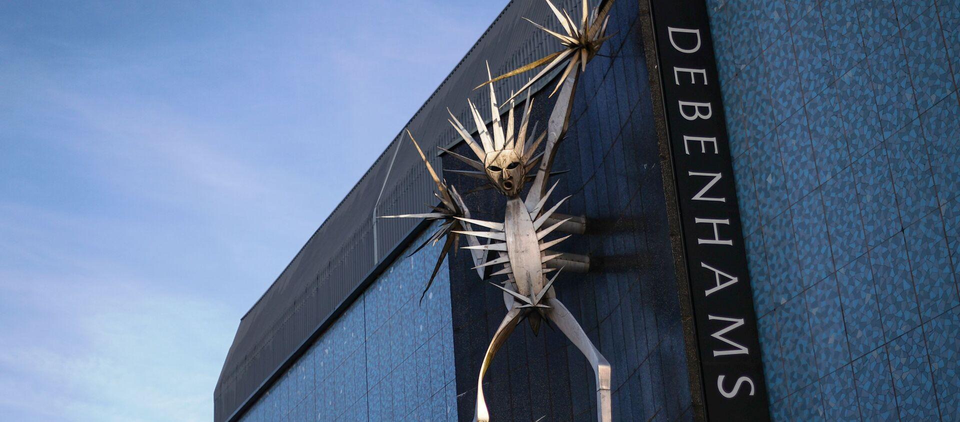 A sculpture on Debenhams' building is seen amidst the outbreak of the coronavirus disease (COVID-19), in Hanley, Stoke-on-Trent, Britain December 1, 2020. - Sputnik International, 1920, 01.12.2020