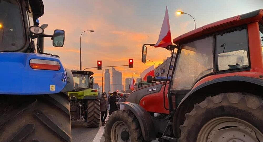 Protesting Polish Farmers Block Major Traffic Intersection in Warsaw With Tractors
