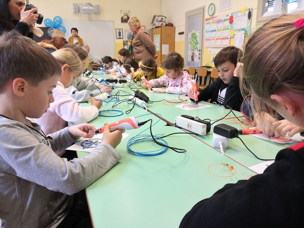 Children learning how to use 3D pens at the Engineering New Year 2.0 quest held in Italy.