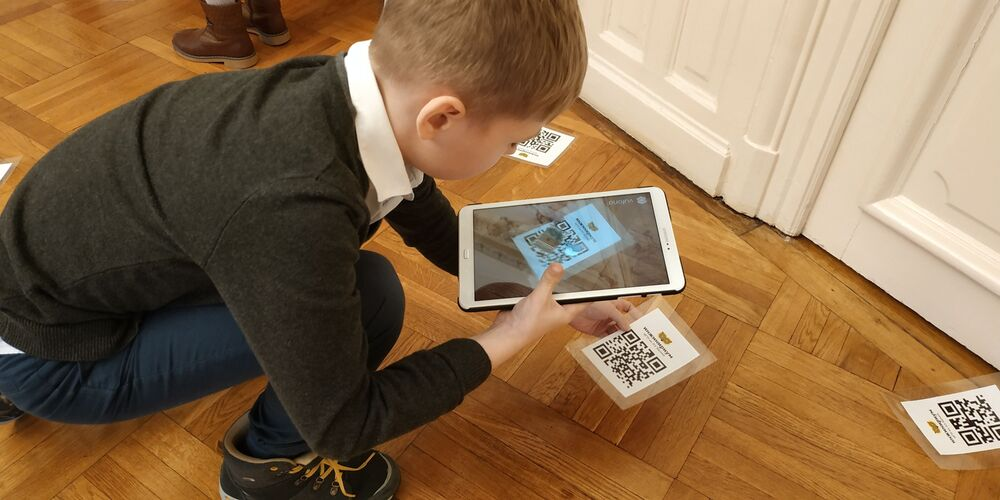 Romanian schoolchildren learning new facts about electricity and augmented reality at the Engineering New Year 2.0.