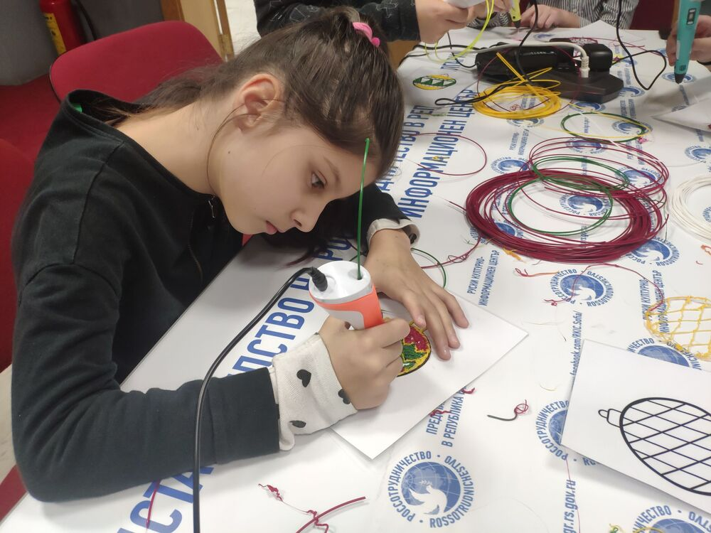 A Serbian student makes a model for a New Year decoration using a 3D pen.
